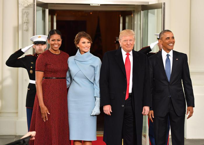 epa05734905 US President Barack Obama (R) and Michelle Obama (L) pose with President-elect Donald J. Trump and wife Melania at the White House before the inauguration in Washington, DC, USA, 20 January 2017. Trump won the 08 November 2016 election to become the next US President. EPA/KEVIN DIETSCH / POOL